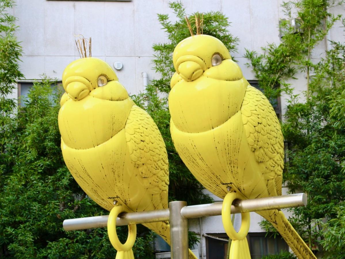 赤坂憩いの広場にある黄色いインコのオブジェ「Polly Zeus」
