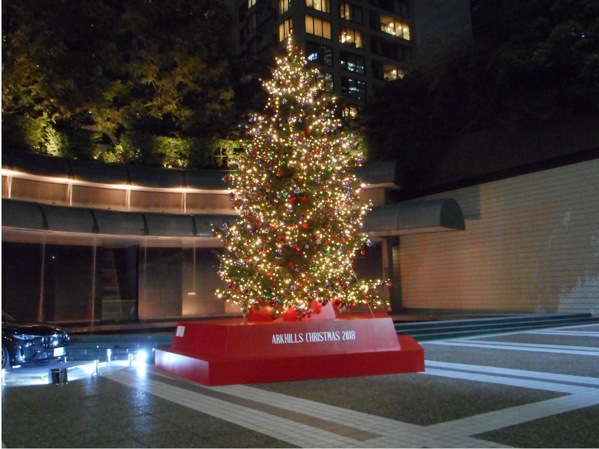 アーク・カラヤン広場に設置された高さ約7mの生のモミの木を使った「クリスマスツリー」