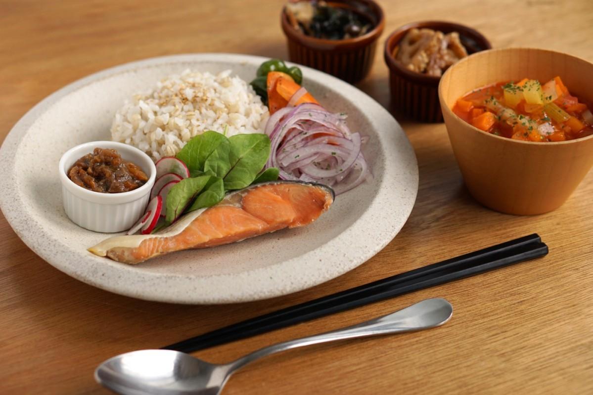 サバ、銀鮭、ぶりの3種類から選んで注文する同店の魚メニュー