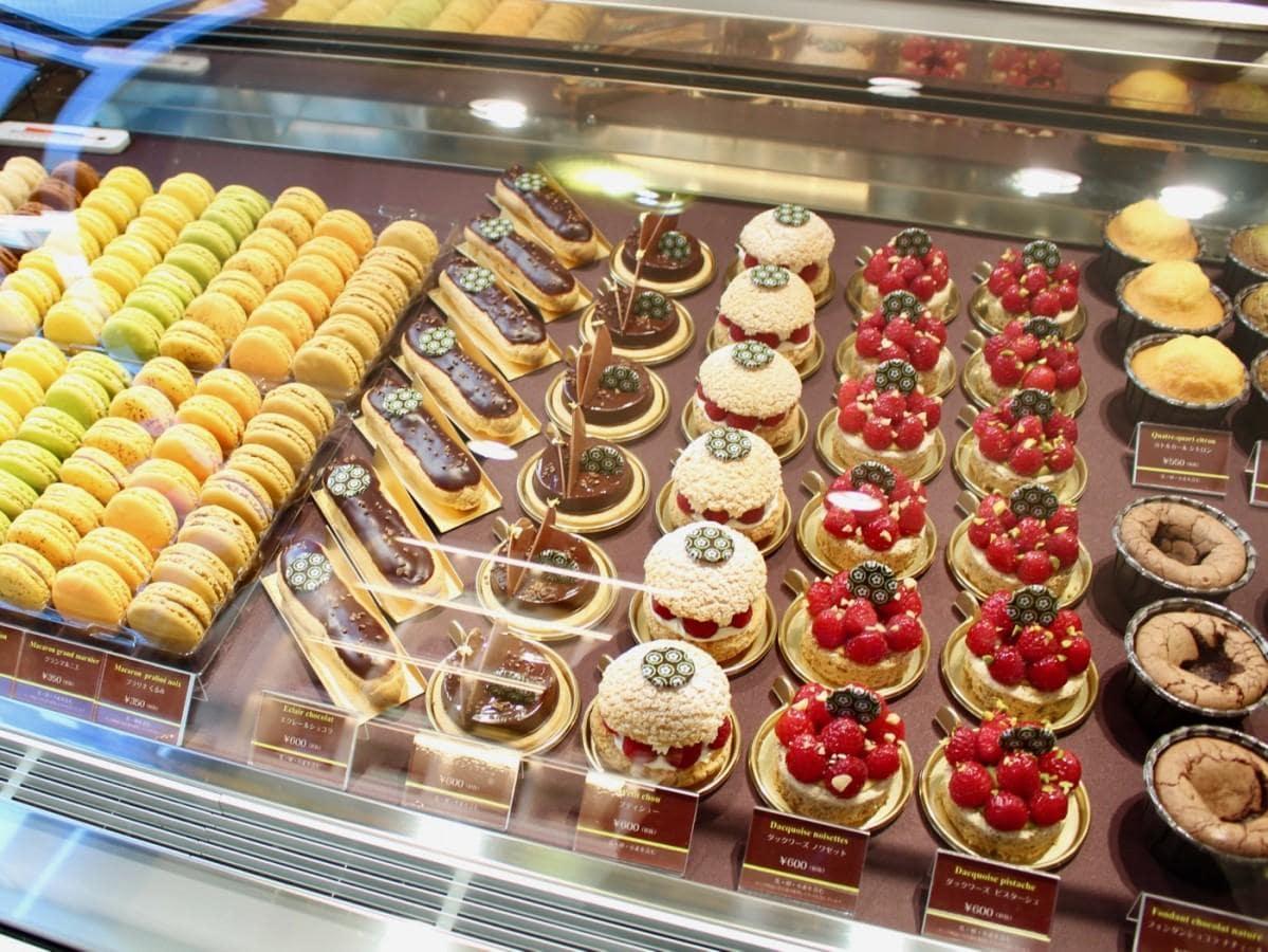 エクレールショコラ、タルトショコラ、マカロンなどが並ぶ店内ショーケース