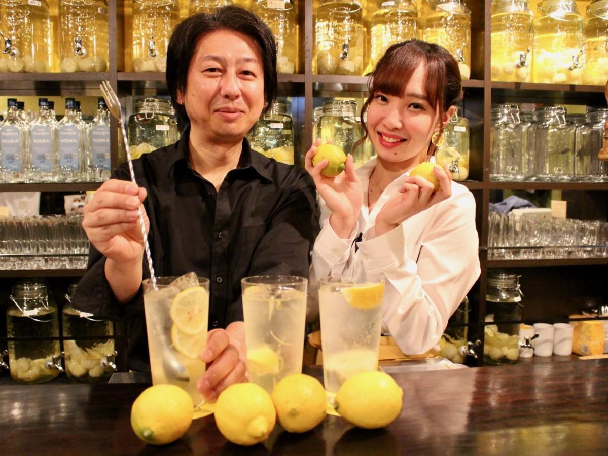 店長の鈴木恭介さん(左)と料理長の小久保祐奈さん