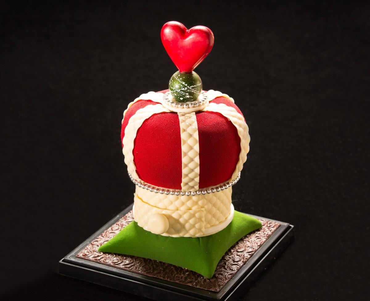 王冠を表現したバレンタインチョコレート「GLORY」の銀色の華やかな飾りはアラザンを使う