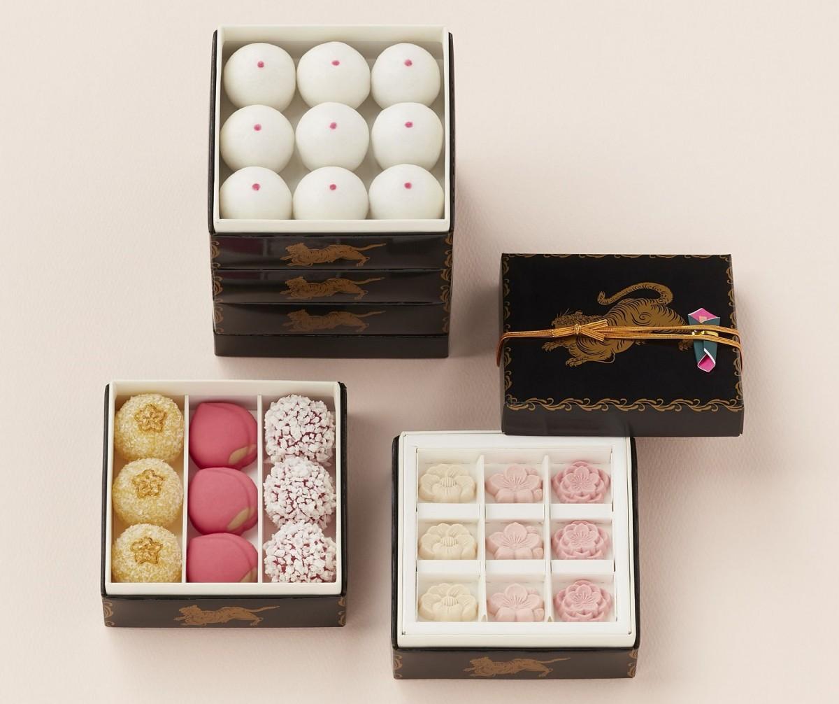 小箱に菓子を詰め合わせた「雛井籠」は好みに応じて5段まで重ねられる
