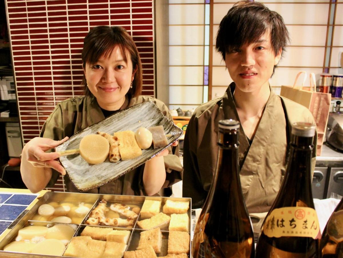 (左から)店主の諸井さんとスタッフの本田法経さん
