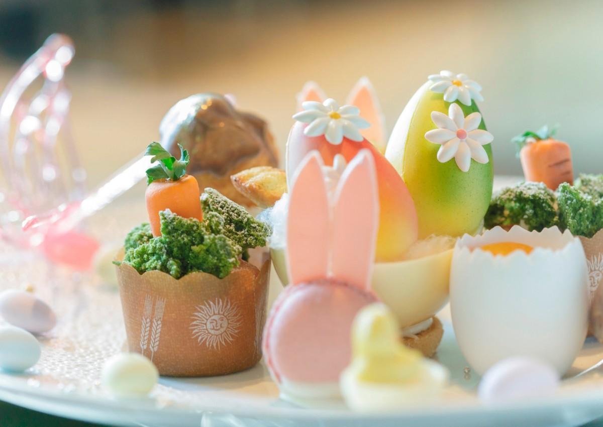 カカオバターでカラーリングした「サプライズイースターエッグ」はチョコレート製の花を添える