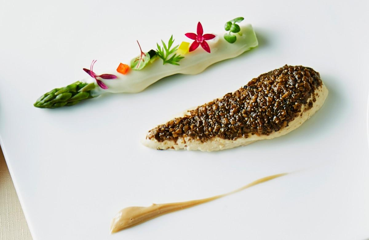 ランナー向けディナーの前菜「鶏ささみ肉とトリュフの低温調理 グリーンアスパラガスのショーフロワー添え」はアスパラガスにヨーグルトソースをかけて提供する