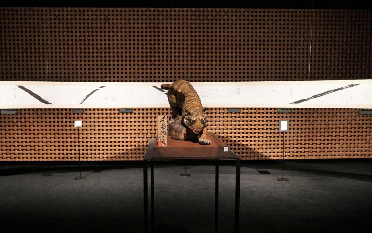 絵巻物仕立てで歴史を紹介する展示会場の中央には陶器でできた虎のオブジェを飾る