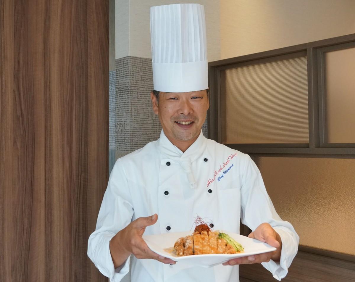 「冷やしパーコー麺」を紹介するシェフの植村正人さん