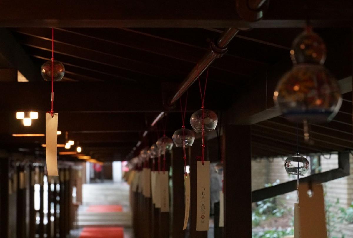 風鈴が涼しげな音色を奏でる「つれそひ風鈴回廊」
