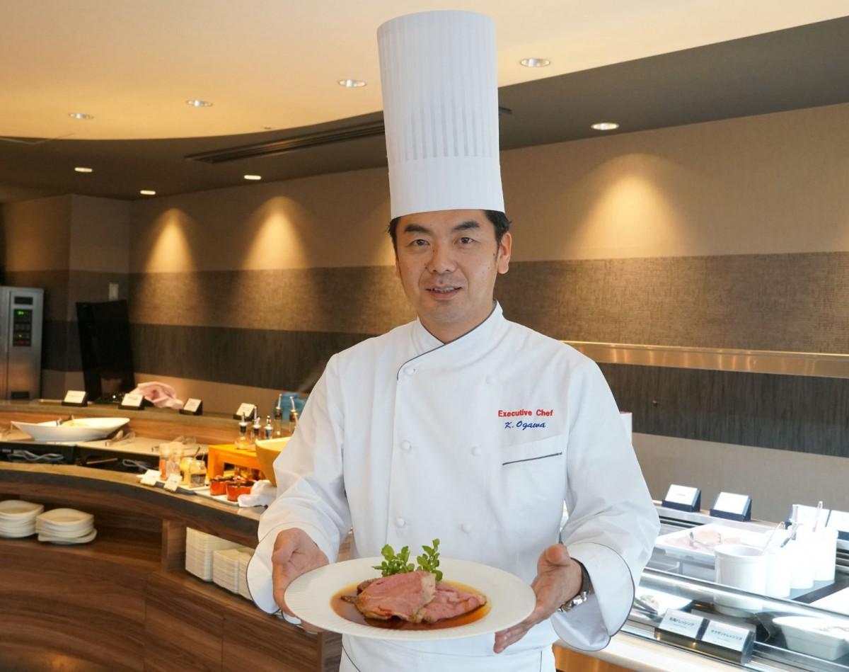 同ビュッフェで提供する「ローストビーフ」を紹介する料理長の小川勝哉さん