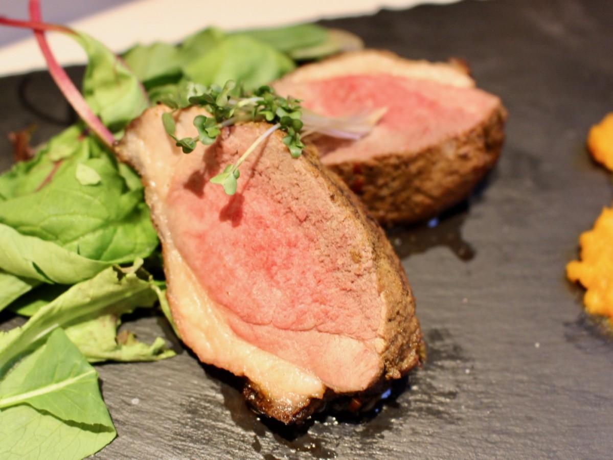「こだわりのハーブで和えたラム肉のステーキ パンプキンピューレを添えて」