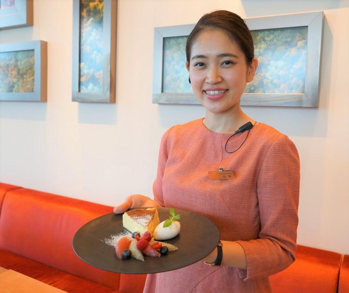 同チーズケーキを紹介する「All-Day Dining OASIS GARDEN」の山本恵美奈さん