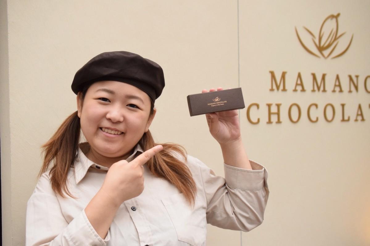 9月11日から採用する新パッケージを手に同商品をPRする店長の中島亜加里さん
