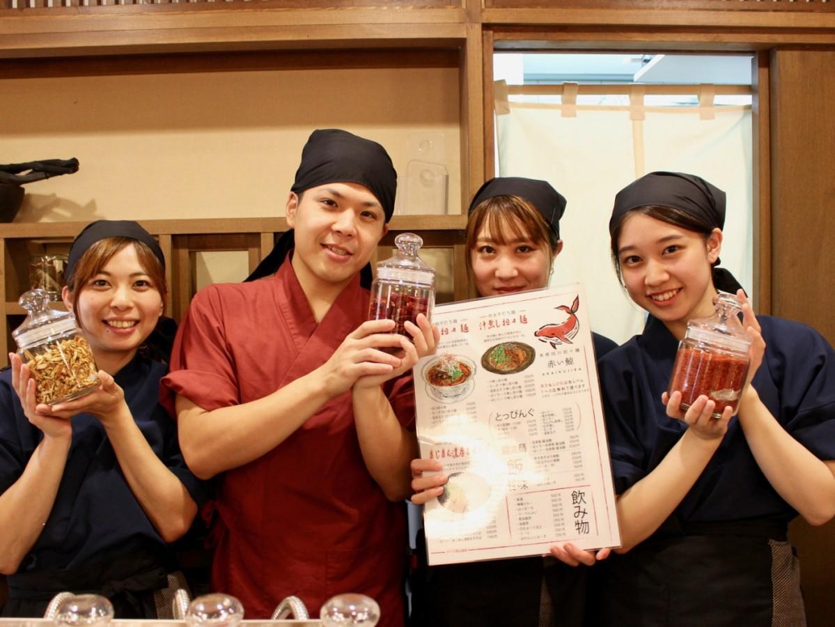 宮崎店長(左から2番目)とスタッフのみなさん
