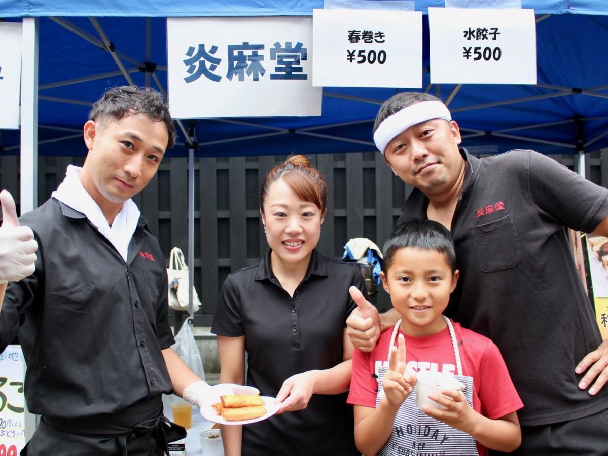 店長の和田久志さん(画像右)とスタッフのみなさん