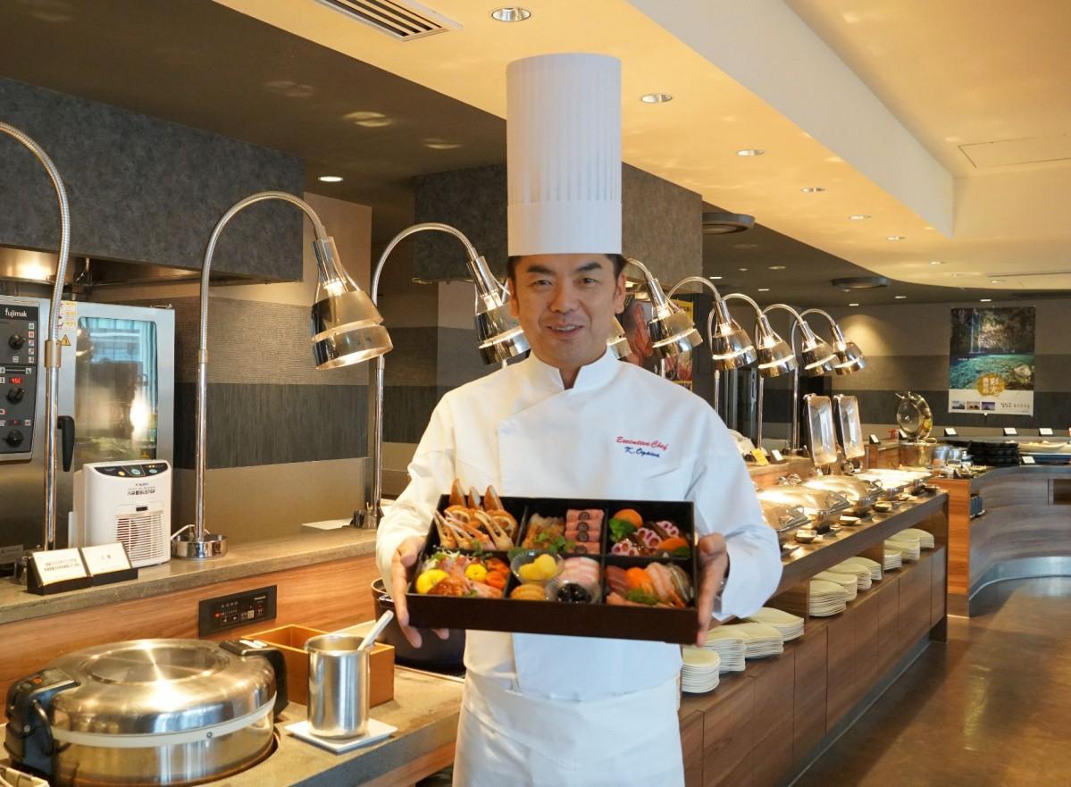 「新春ビュッフェ」で提供する料理を紹介する料理長の小川勝哉さん