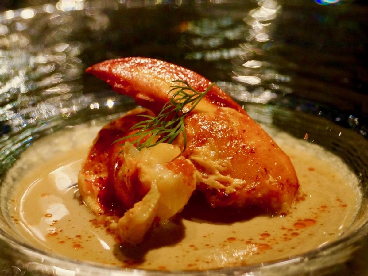 コース料理で提供する「オマール海老(えび)とポルチーニ茸(だけ)のフュージョン」