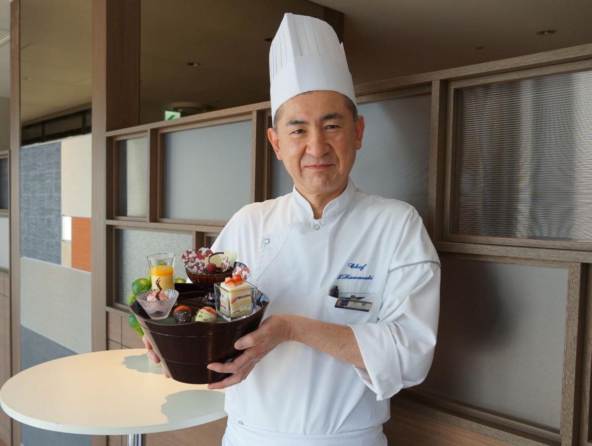 「バレンタインご膳」を紹介するペストリーシェフの川崎隆彦さん
