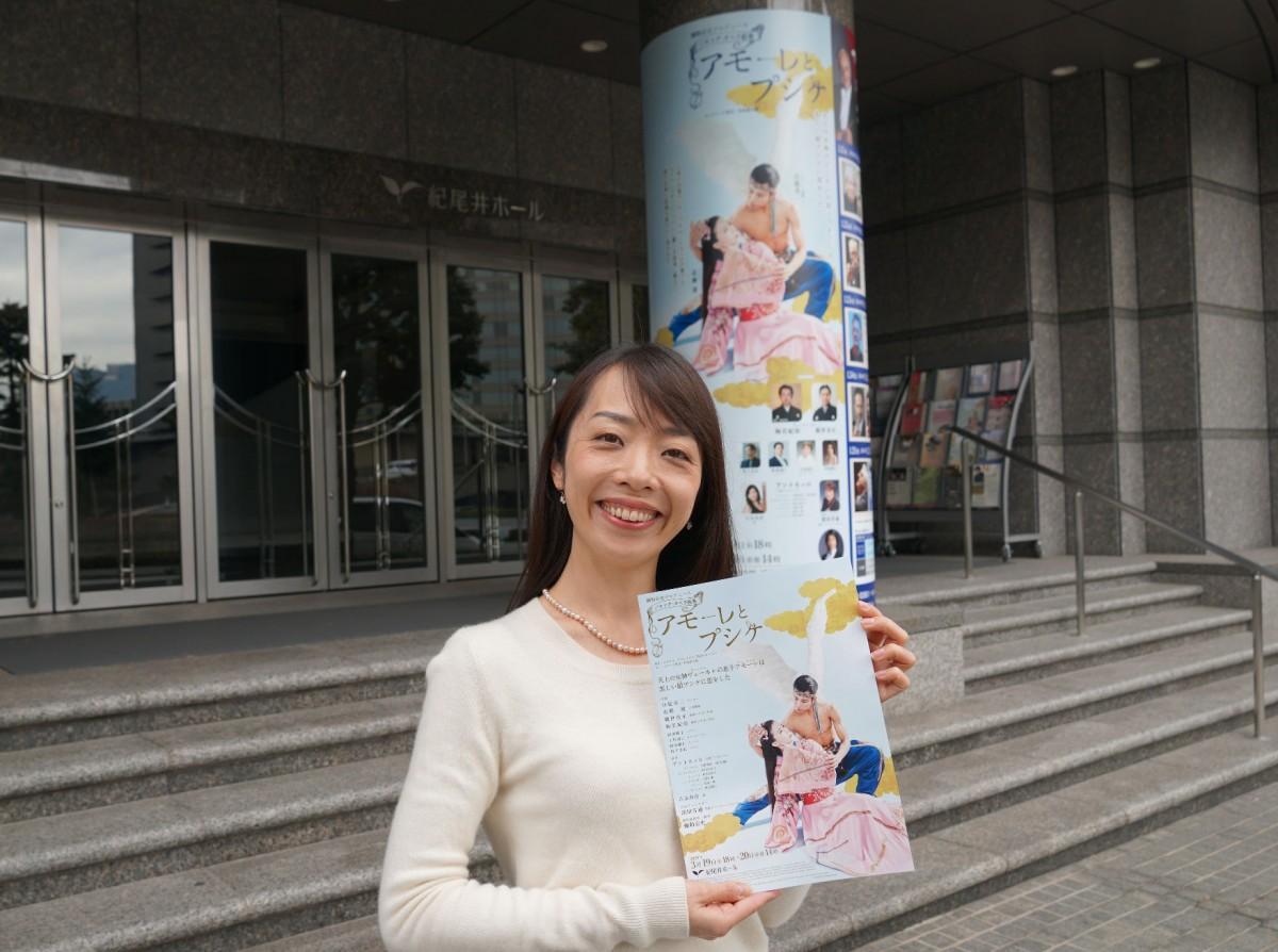 紀尾井ホールの入り口でバロック・オペラ絵巻「アモーレとプシケ」を紹介する広報担当の遠藤初音さん