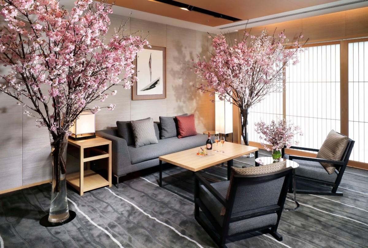 画像を昨年撮影し1年越しで販売にこぎつけたという「桜ステイプラン」のスイートルームのリビングの様子