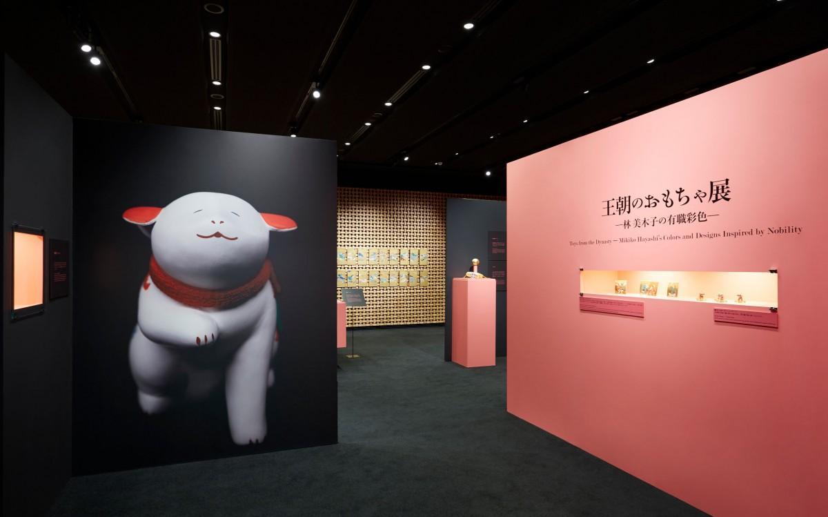 会期を延長して開催する「王朝のおもちゃ-林美木子の有職彩色-」展