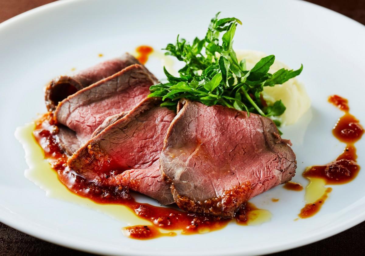 皿ごと交換するオーダービュッフェスタイルで提供する「北海道産国産牛ローストビーフ ダイナー風」