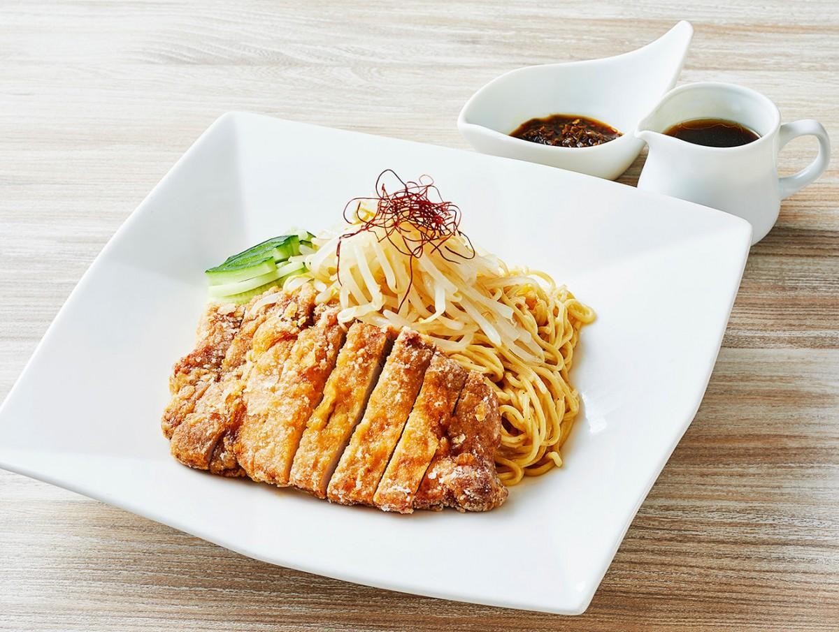 激辛トウガラシの「火のっぺ」としょうゆベースのタレを別添えで用意する「冷製排骨麺」