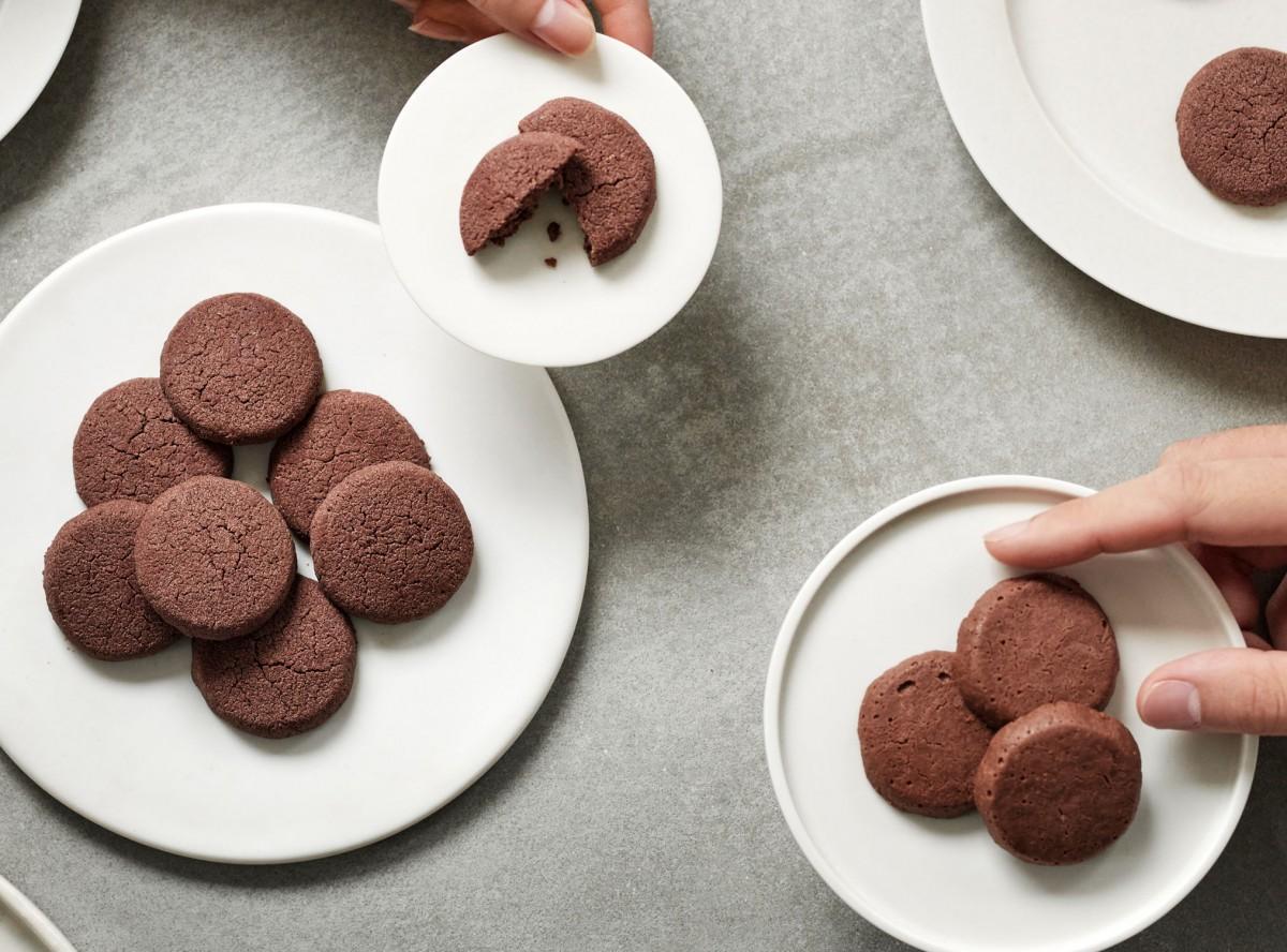ダークとミルクの2種類の味を用意する新作の「アリバチョコクッキー」