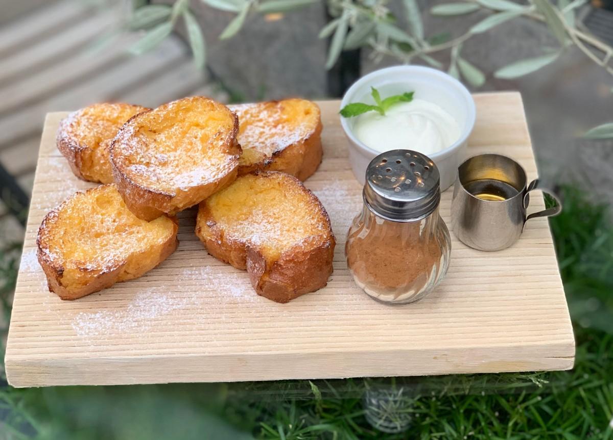 パンが5ピース付く「レギュラー」と3ピース付く「ハーフ」を用意する「フレンチトースト」