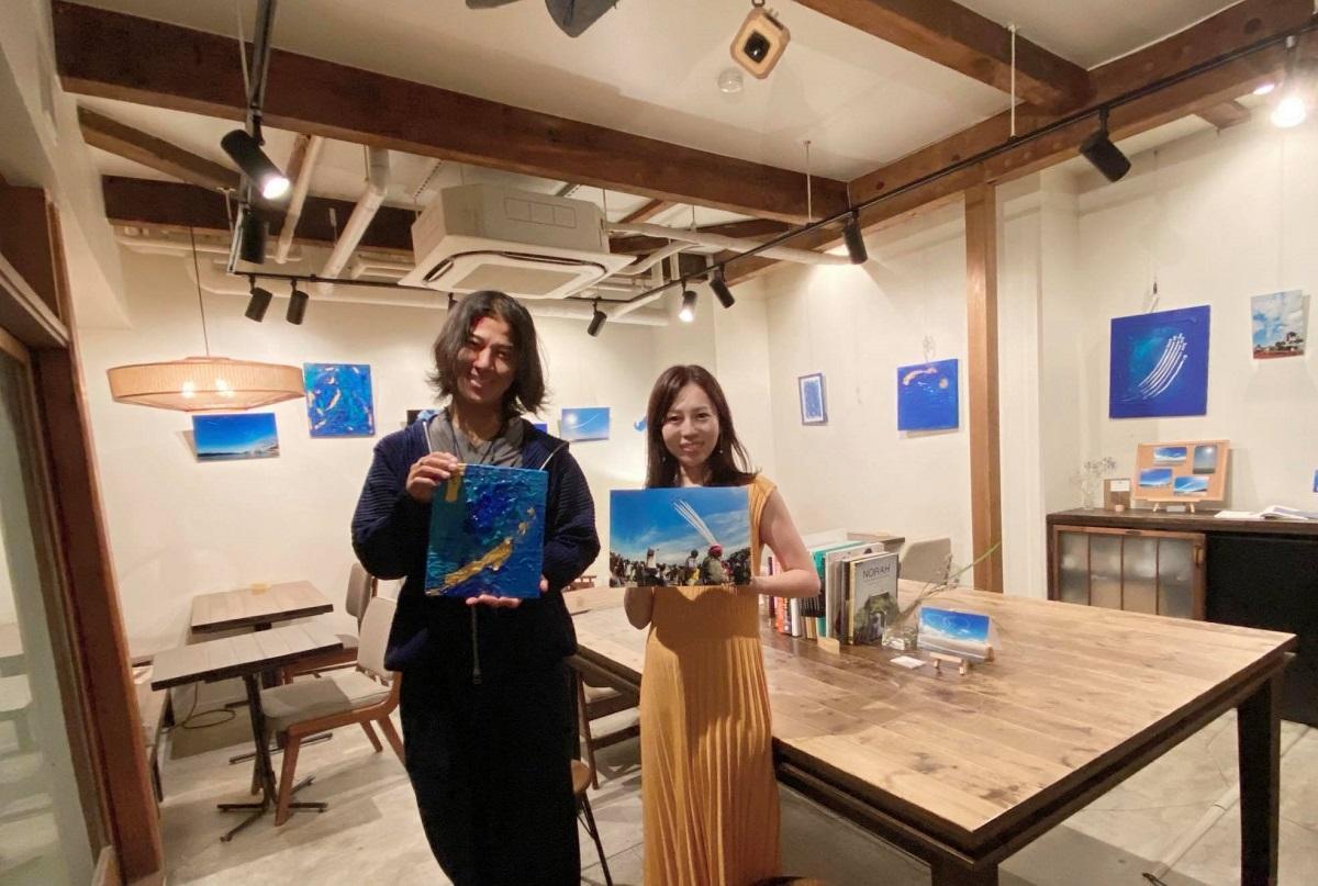 (画像左から)アーティストの蒼山隆之さんとフォト&ライターの大金歩美さん