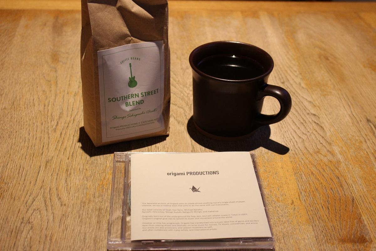 共同開発したコーヒー豆、関口シンゴさんの未発表曲「CAFE SANS NOM」が収録されたCD