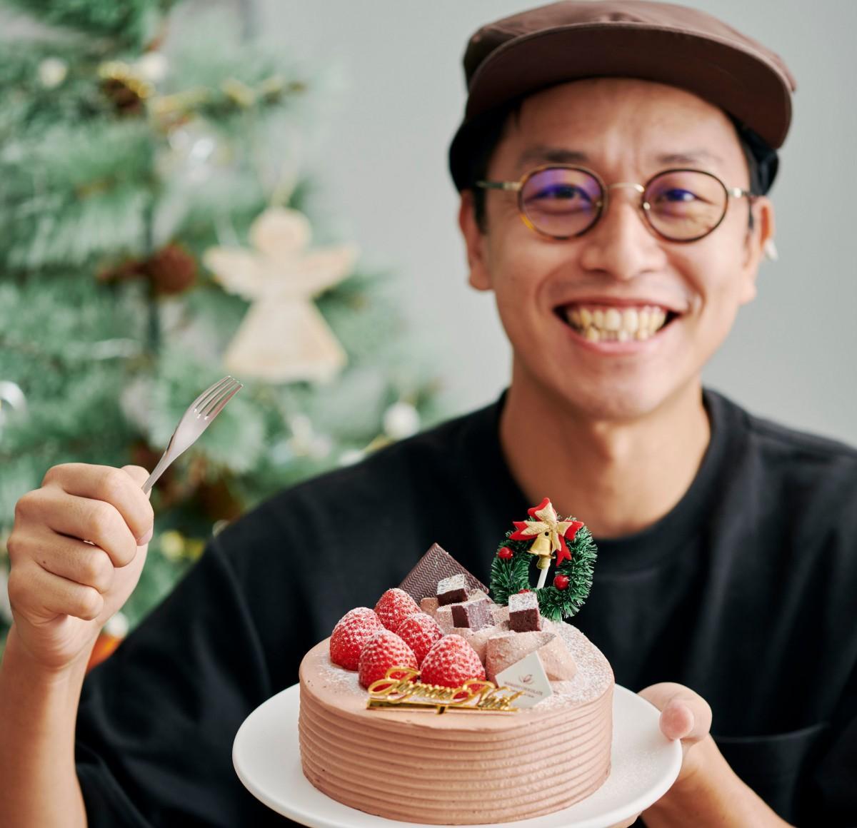 「アリバチョコ生クリームのクリスマスデコレーションケーキ」を紹介する店主の江沢孝太朗さん