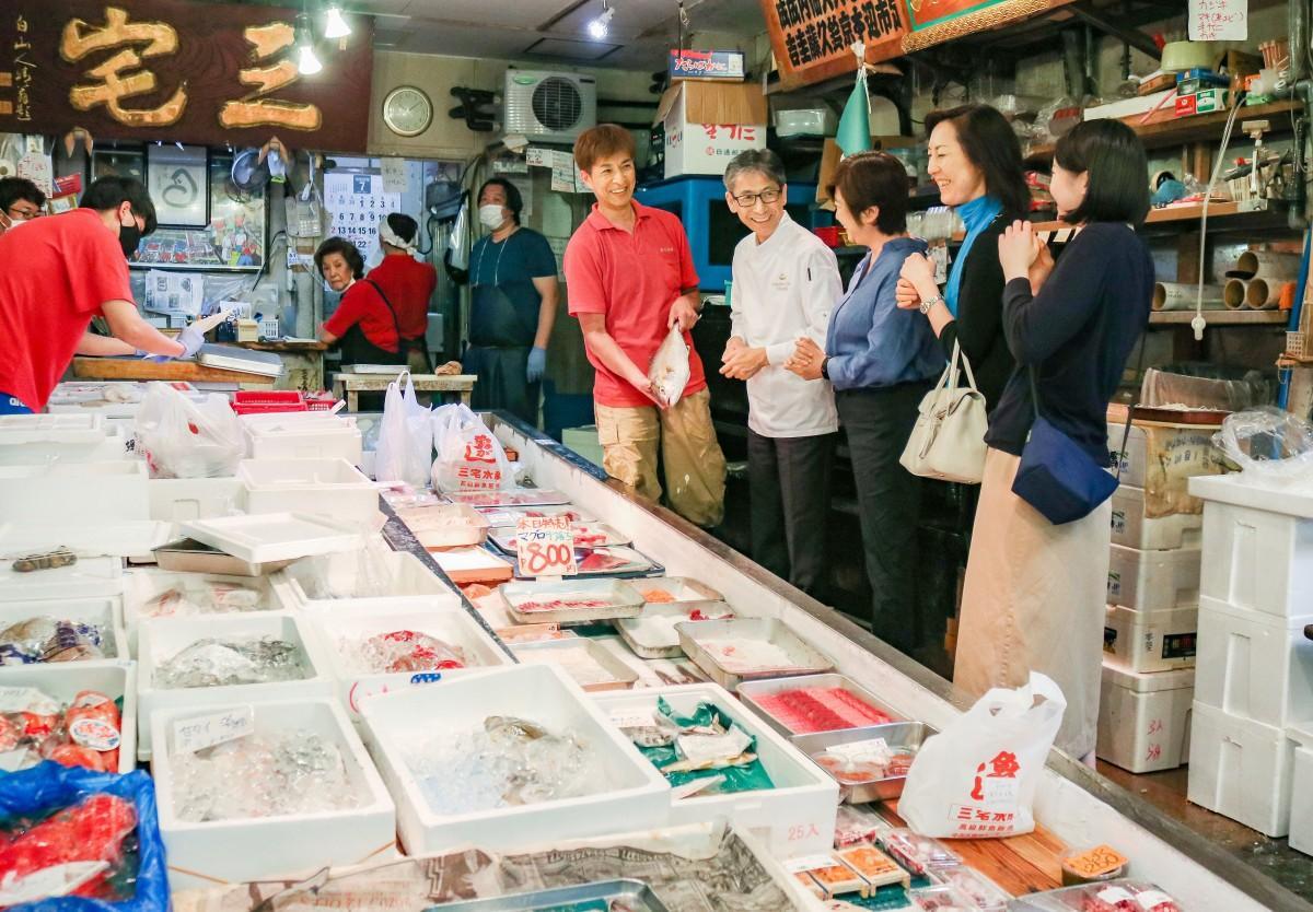同ホテル総料理長の曽我部俊典さんが築地場外市場の鮮魚店「三宅水産」で食材の選定をする様子