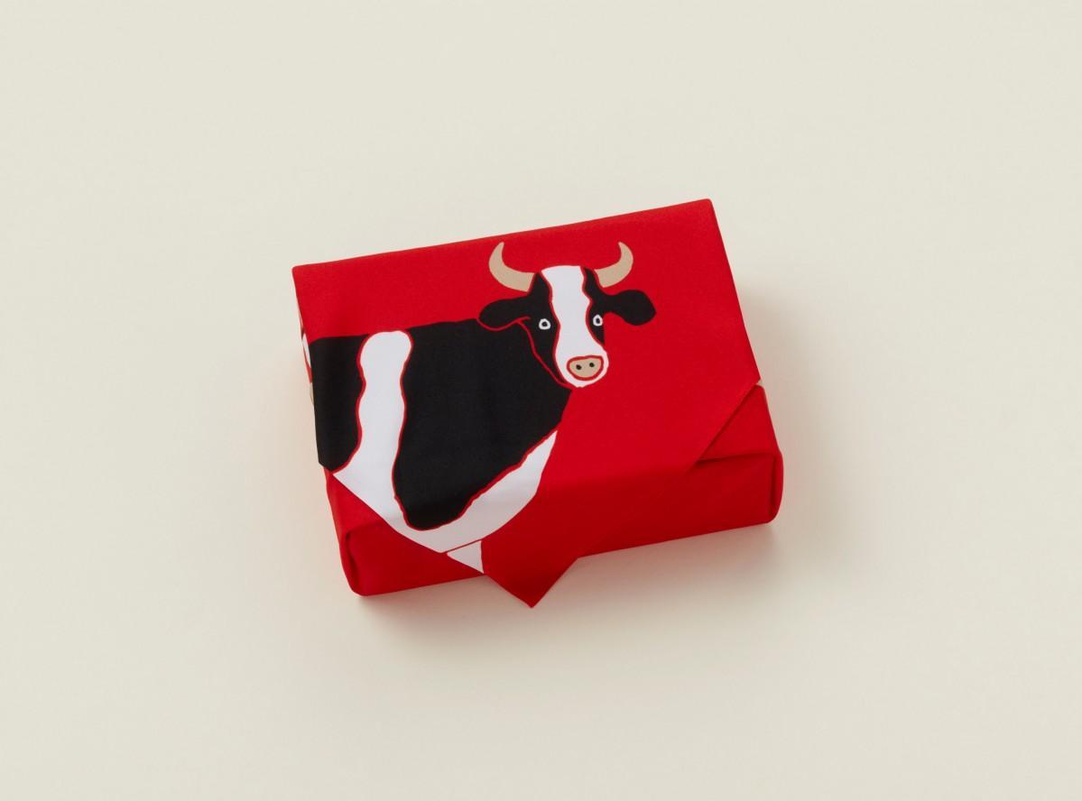のんびりと過ごす牛を4頭描いた「干支ふろしき 丑」