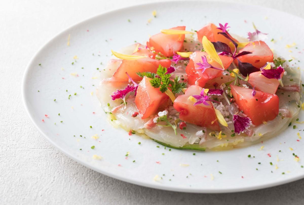 料理教室で紹介する前菜の「アテモヤを添えた真鯛のマリネ」(イメージ)