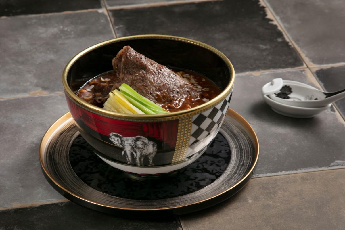 新メニューの「金昇坦々麺」に添えるレンゲも「リチャード ジノリ」を採用
