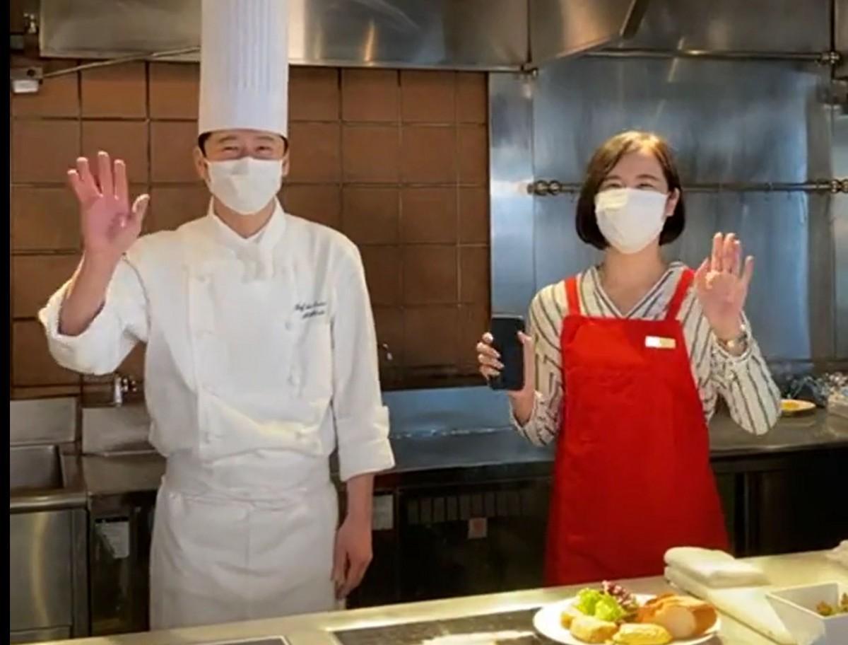 1回目の「気まぐれオムレツ」を紹介した大竹孝行シェフ(左)とナビゲーターを務めた広報担当の小布施萌さん(右)