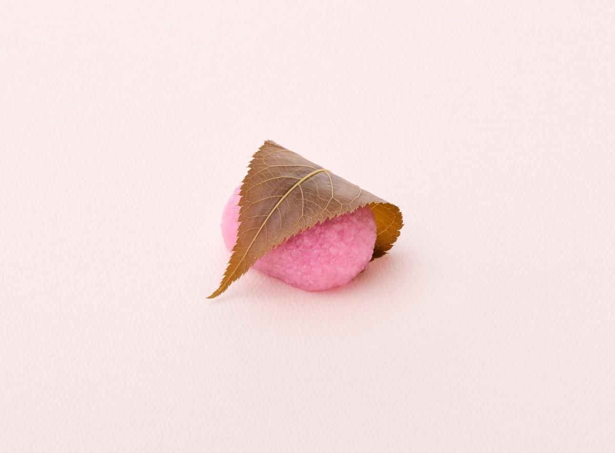 24日から販売を始める赤坂店限定の道明寺製「桜餅・紅」