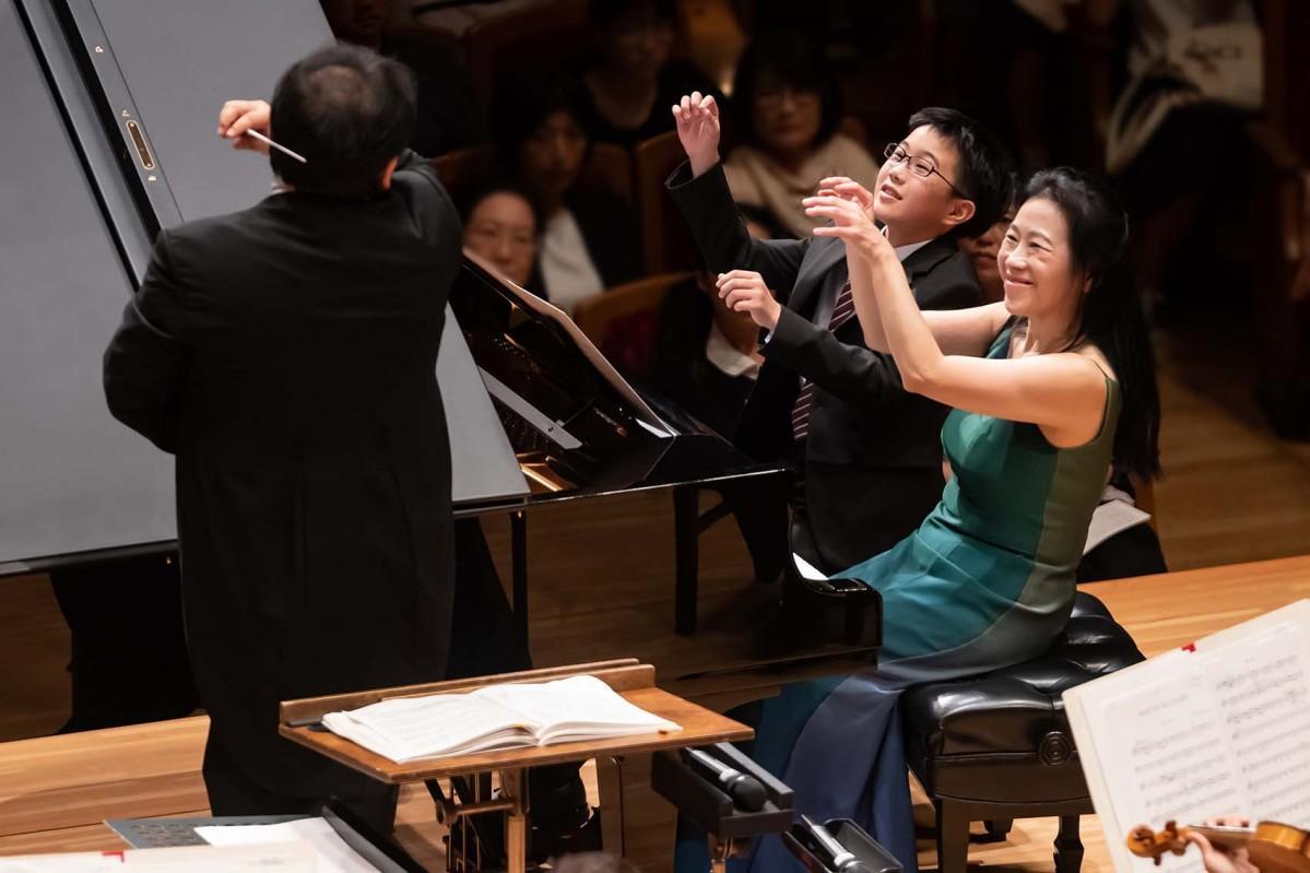 2019年9月の公演でピアニストの小山実稚恵さんと連弾するこどもピアニストの様子(写真提供=サントリーホール)