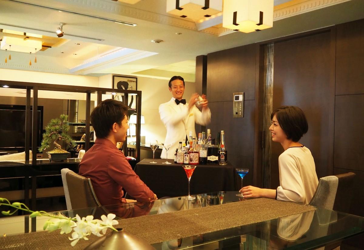客室でカクテルを提供するバーテンダーの吉田宏樹さん