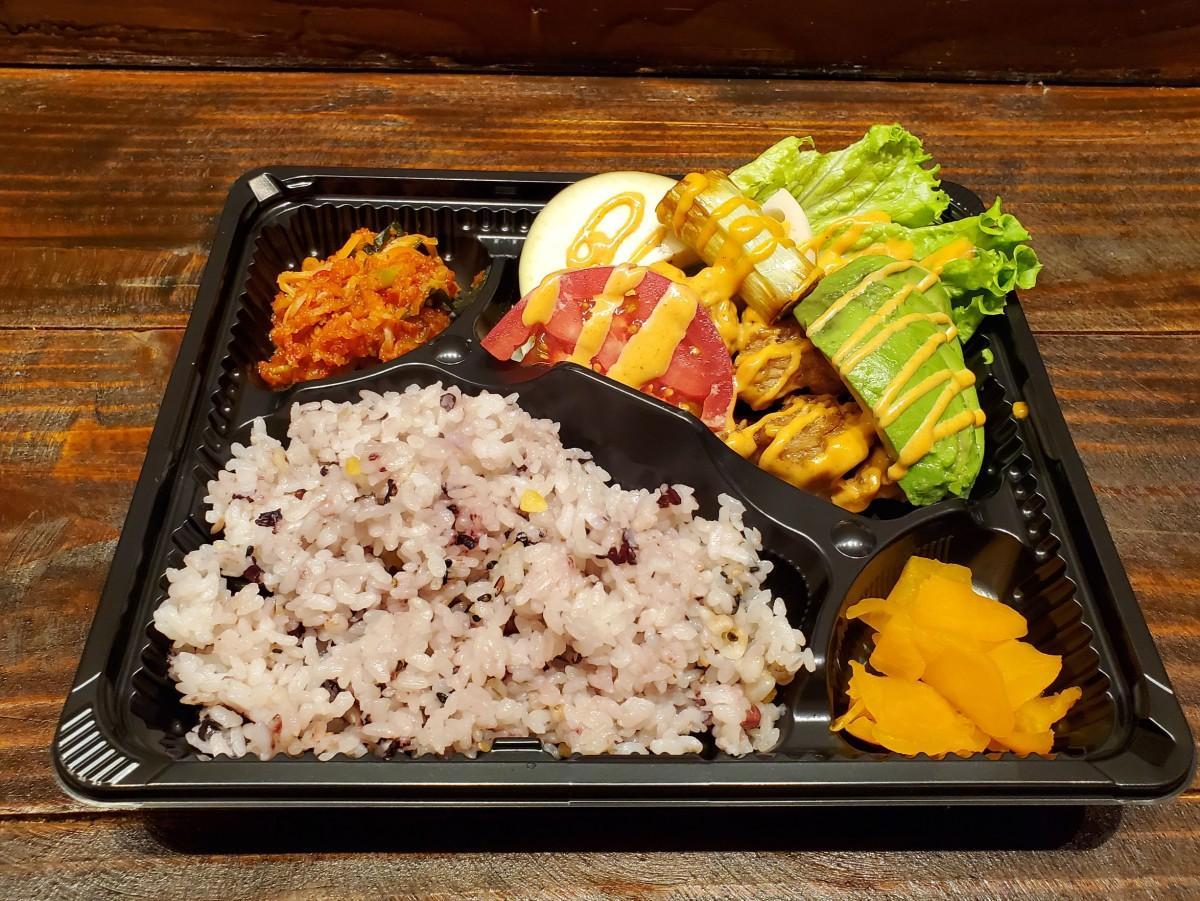 「エビマヨ風大豆ミート弁当」(画像左上)副菜の「自家製キムチ」(画像右下)副菜の「おしんこ」