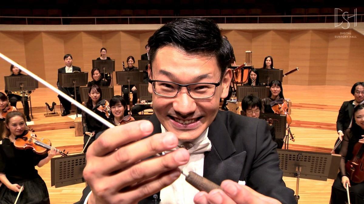 「指揮してみよう!」で指揮の指導をする指揮者の碇山隆一郎さん(画像提供=サントリーホール)