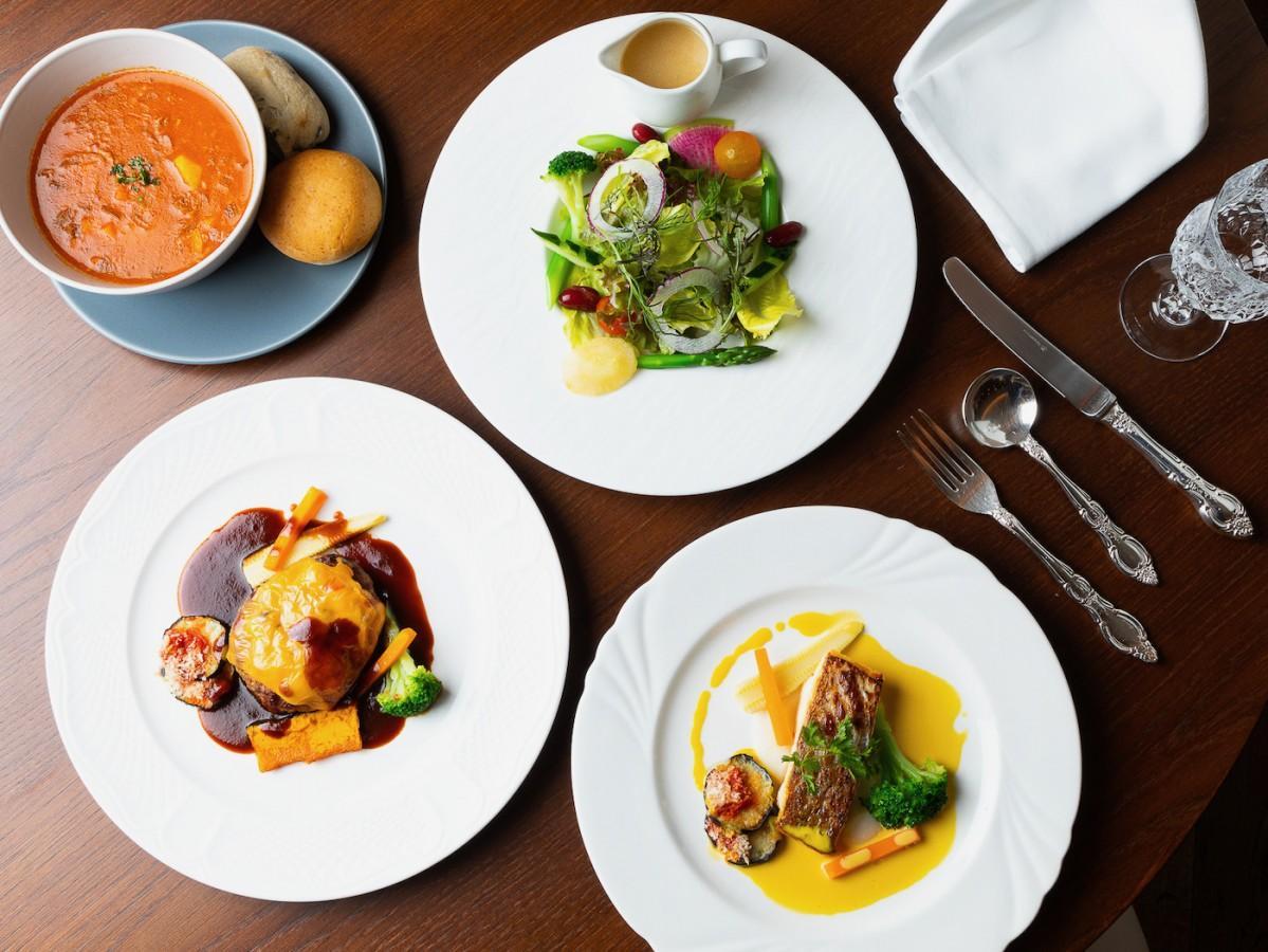 メイン各3種類に季節のスープが付く、平日のランチメニュー