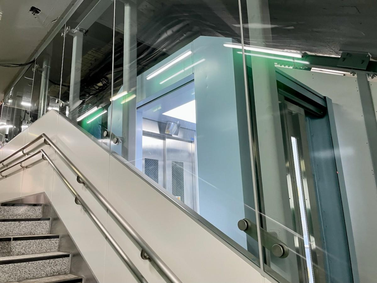 今回設置された斜行型エレベーター