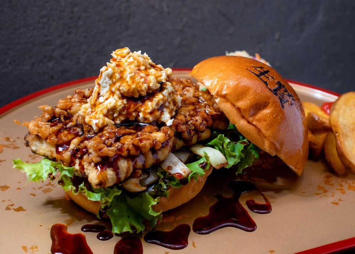 天ぷら仕立てにしたうなぎを挟んだ和風ハンバーガーの「うなぎ」