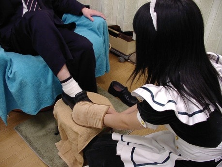 画像はメードによる「靴磨きコース」イメージ
