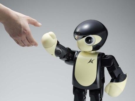 画像は人間と握手をする「マノイ PF01」