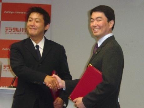 画像=握手を交わす藤本社長(右)と村井宮城県知事