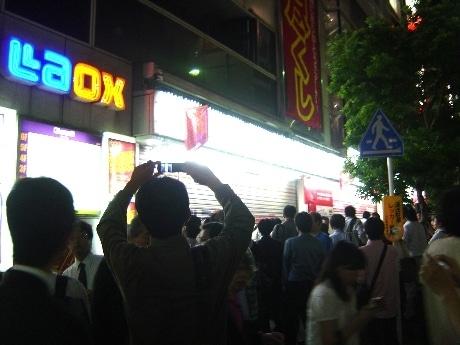 画像=ザコン館前に集まった観衆