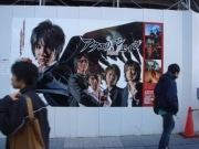 「アクエリアンエイジ」実写映画化記念でアキバに大型ポスター